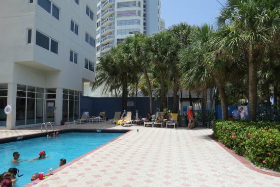 Crystal Beach Suites Oceanfront Hotel Piscina