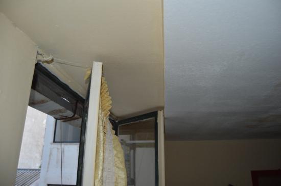 Delfini Hotel: le plafond qui bloque la fenêtre