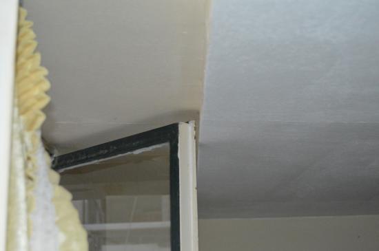 Delfini Hotel: la fenêtre bloquée par le plafond