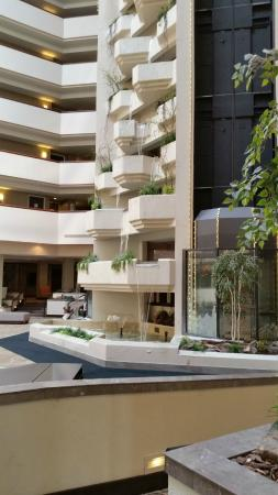 Holiday Inn Rapid City - Rushmore Plaza: Lobby area waterfall