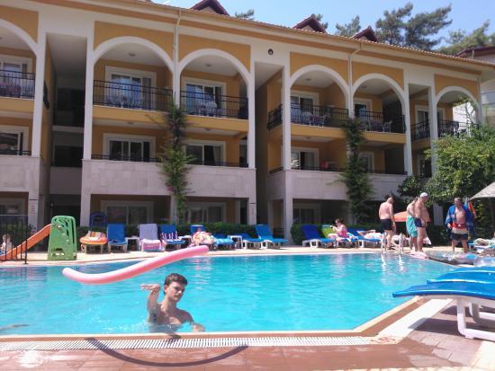 Eden Garden Apartments: pool area