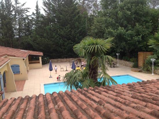 Hôtel LOU VALEN : Vista de la piscina des de la habitación del primer piso