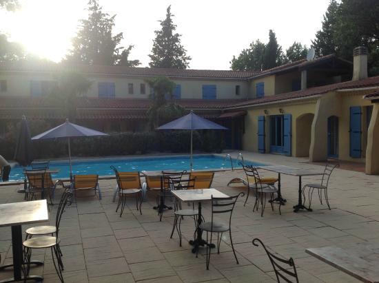 Hôtel LOU VALEN : Vista de la piscina