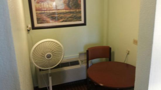 Days Inn Rockport: The AC unit is in a seperate lil room and needs the help of a fan to push cold air to the rest o
