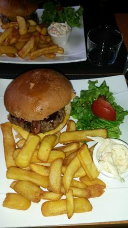 Parcoul, Prancis: Burger accompagné de frites