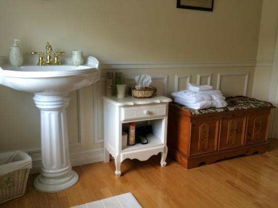Place Victoria Place Bed & Breakfast: Large upstairs bathroom