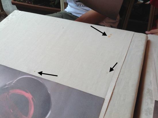 Los manteles con manchas de anteriores comensales (señaladas con flechas)