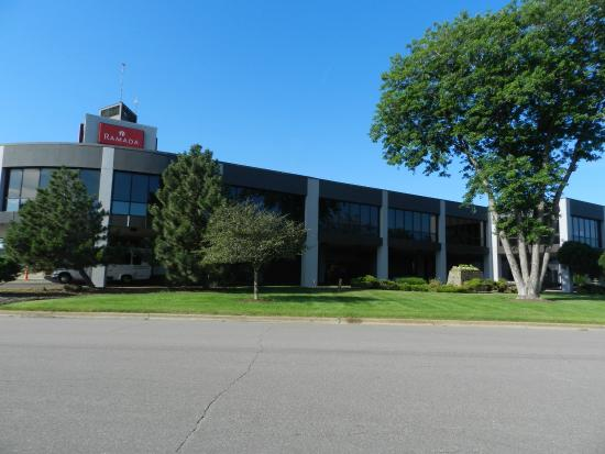 Ramada Bloomington Minneapolis Airport/Mall Area: Entrance to Lobby.