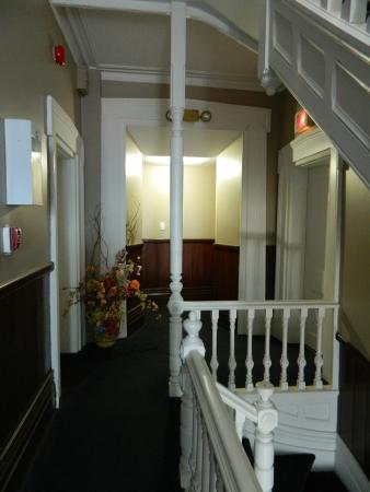 Hotel Manoir des Remparts: Hall & stairs