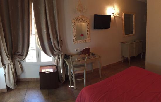 Hostellerie du Cigalou : Hôtel très charmant et romantique.  Petit déjeuner très abordable au bord de la terrasse ombragé