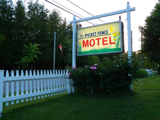 Picket Fence Motel: Sign