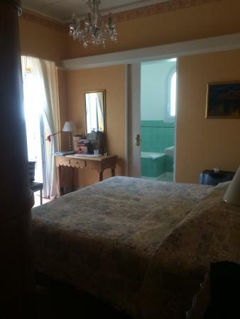 Hotel Le Pre Catelan : Ett mycket trevligt hotell med ett fint rum med terass. Saknar mörkläggningsgardiner på rummet b