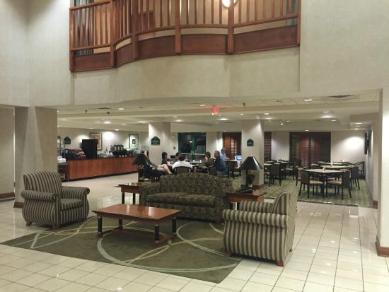 Wingate by Wyndham Cleveland : Lobby and breakfast area