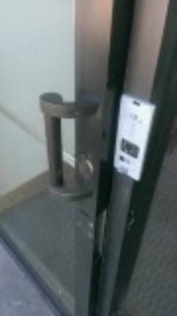La Quinta Inn & Suites Silverthorne - Summit Co: Broken security device on back door
