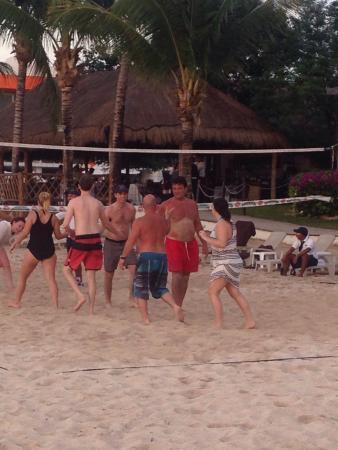 Residencias Reef Condos: Volleyball game at next door resort