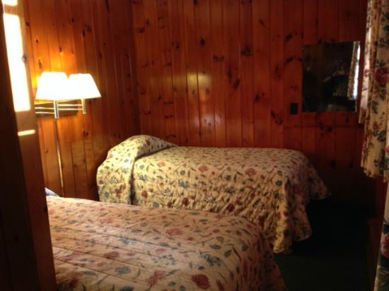 ‪‪Northern Comfort Motel‬: Twin beds (back room)‬