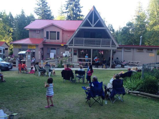 Salmon Arm Camping Resort: Free Spanish guitar performance