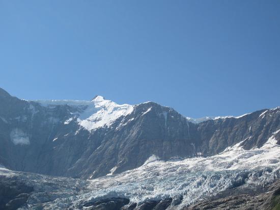 Grindelwald, Suiza: なくなった跡がはっきり。氷河が溶けて白く濁った水がたまっていました。