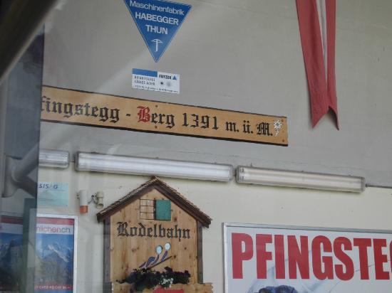 Grindelwald, Sveits: ロ―プウエイ終点。駅とレストランの間を左に歩いていきます。右へ行けば上グリンデルワルド氷河へのハイキングコース。