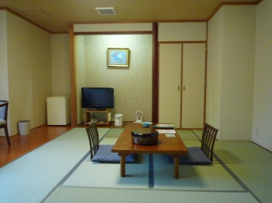 Horoshin Onsen Hotarukan: 部屋.なかなか広くて綺麗でした.冷房も効きます.