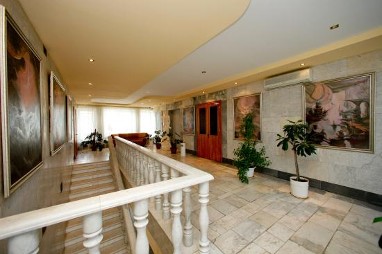 Ryan Johnson Hotel: Холл