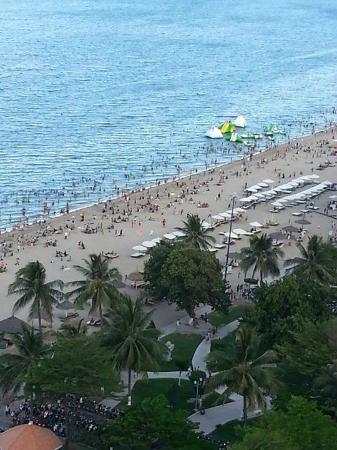 Novotel Nha Trang: Busy on the beach in the afternoon