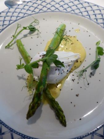1885 The Restaurant: Asparagus tips, poached egg starter