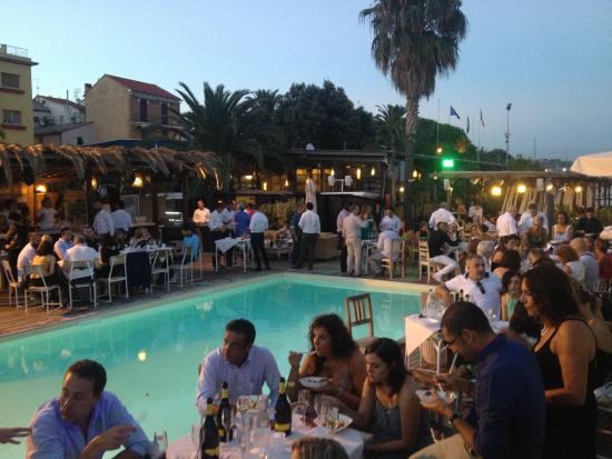 Cena in piscina foto di soleluna albissola marina for Cena in piscina