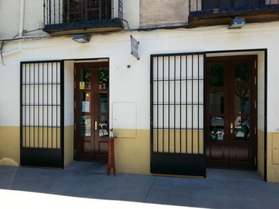 Madras Masala Indian Restaurant: Entrada Restaurante Madras Masala en Calle Santiago 42, Alcalá de Henares