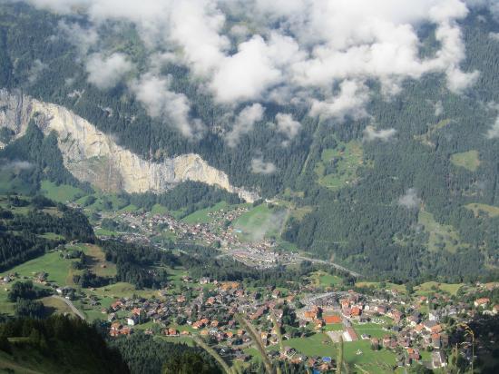 Grindelwald, Switzerland: 展望台から見るウェンゲンの町
