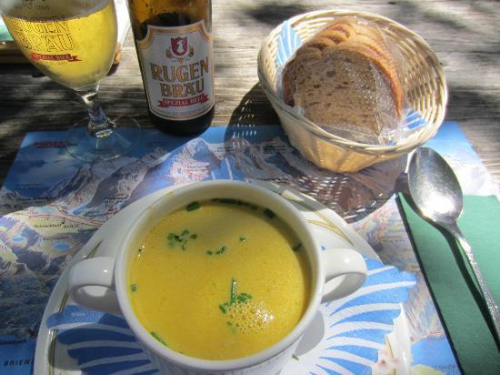 Grindelwald, Sveits: ロマンチクウウェグとアイガートレイルのゴール地点。スープとローカルビールで癒されます。この瓶タイプは若干高いです。この日の日替わりスープはかぼちゃ。