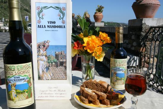 Bar San Giorgio: Vino alla Mandorla San Giorgio Castelmola