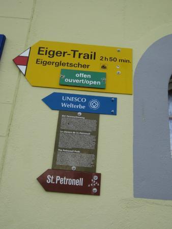Grindelwald, Sveits: アルピグレンとアイガーグレッシャーの駅にある表示。openとあれば歩けますが、雪が多い年は要注意です。