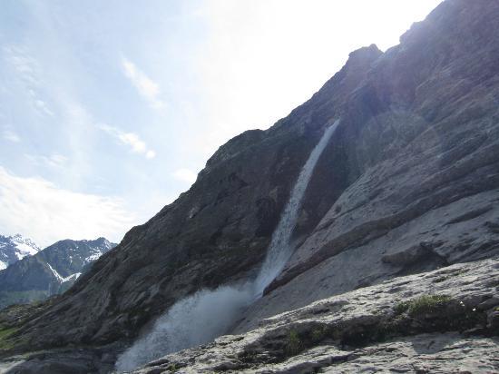 Grindelwald, Sveits: 進行方向には日を浴びたベッターホルンが見えました。