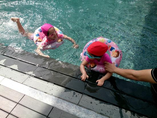 Raintree Hotel Dubai: Girls in Pool