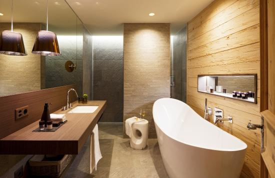 alpenchic badezimmer bild von hotel piz buin klosters. Black Bedroom Furniture Sets. Home Design Ideas