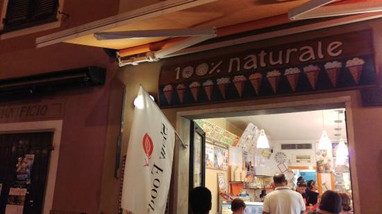 100% Naturale Gelateria Artigiana: Insegna gelateria e bandiera Slow Food