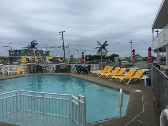 Starfire Motel: Pool directly across from the boardwalk