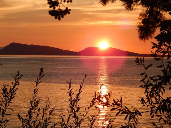 The Salish Seaside Escapes: sunset from rocks by Orcas watch