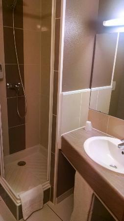 B&B Hotel Saint-Etienne Monthieu: Chambre et salle de bains