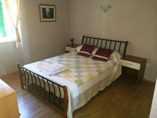 Mravince, Croácia: Double bedroom with en-suite bathroom