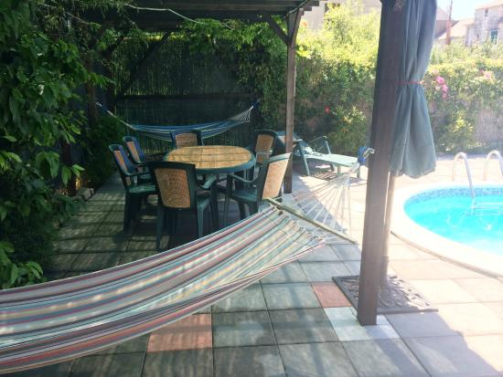 Mravince, Croácia: Hammocks and dining area by the pool