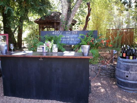 Forestville, Kaliforniya: Outdoor wine tasting