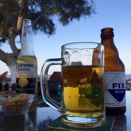 Levante Beach Hotel: Vi fik kun øl og nødder, men tjeneren virkede irritabel og manglede en smule kundeservice.   Fin
