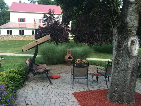 Pleasant View Farm Bed and Breakfast Inn : The outdoor patio