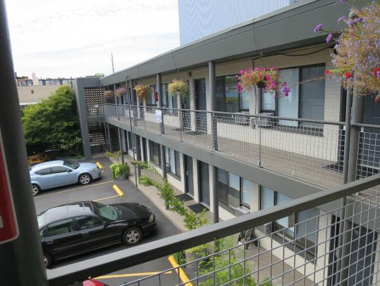The Grove, West Seattle Inn: Renovated Retro Layout.