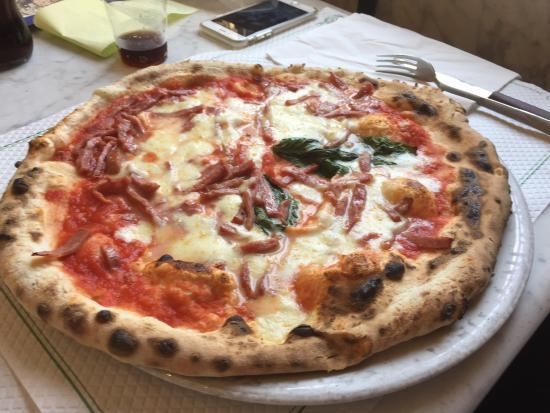 Pizzeria Trianon da Ciro Margherita con bufala pizza napoletana S.T.G. and Pizza  diavola