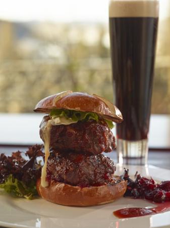 Azuridge Estate Hotel: Gourmet Burgers and Beer