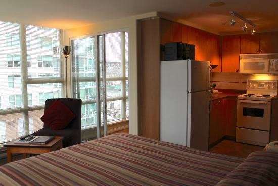 910 Beach Avenue Apartment Hotel Bachelor Suite