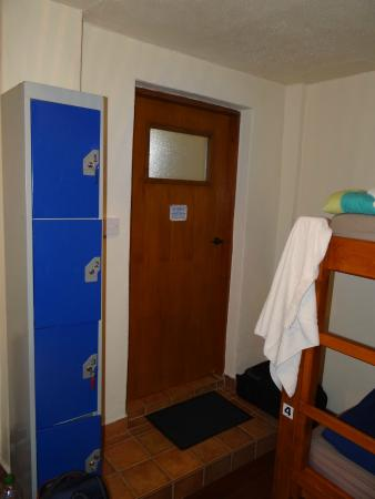 Aille River Hostel: Blick auf die Spinde und Eingang zum Badezimmer